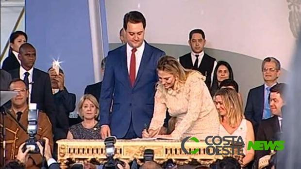 Cida Borghetti transfere cargo para Ratinho Junior em cerimônia simbólica