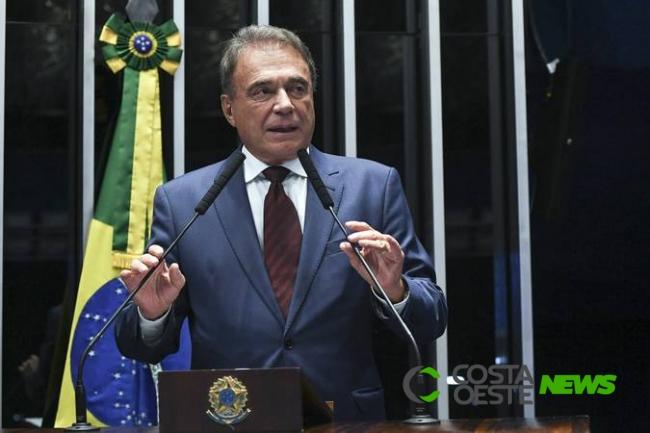 Álvaro Dias apresenta PEC que diminui número de senadores