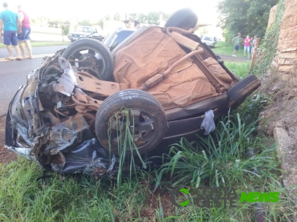 Carro fica destruído em capotamento na rodovia de Pato Bragado