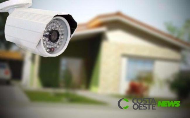 Mulher instala câmera em direção a residência do vizinho e polícia é acionada em Entre Rios do Oeste