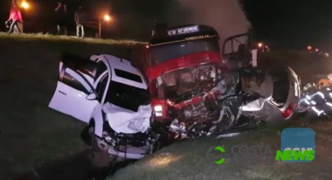 Carreta tomba e caminhonete pega fogo em grave colisão na BR-277 em Cascavel