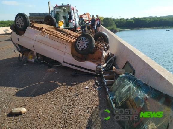 Capotamento sobre a ponte do Rio São Francisco em Santa Helena deixa jovem ferido