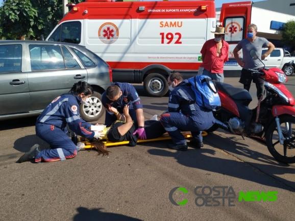 Mulher fica ferida em acidente entre moto e carro no centro de Santa Helena