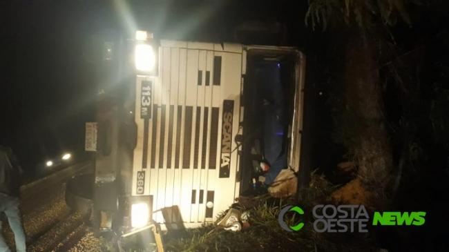 Carreta e S-10 de São José das Palmeiras colidem na PR 317 em Ouro Verde do Oeste