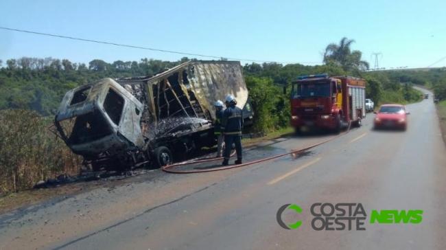 Caminhão de Vera Cruz do Oeste pega fogo na PR 585; condutor não se feriu