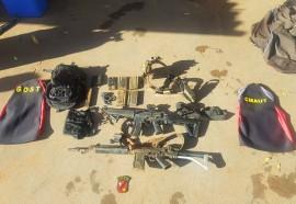 Dois fuzis, carregadores e munições de policiais militares foram localizados por bombeiros militares