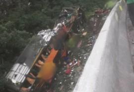 Ônibus com mais de 50 passageiros despenca na BR-376. Foto: Grupo BR 277