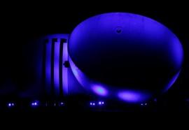 Calotas iluminadas em azul, cor que voltará às estruturas de 19 a 25 de julho. Foto: SkyTakes Árvore Filmes