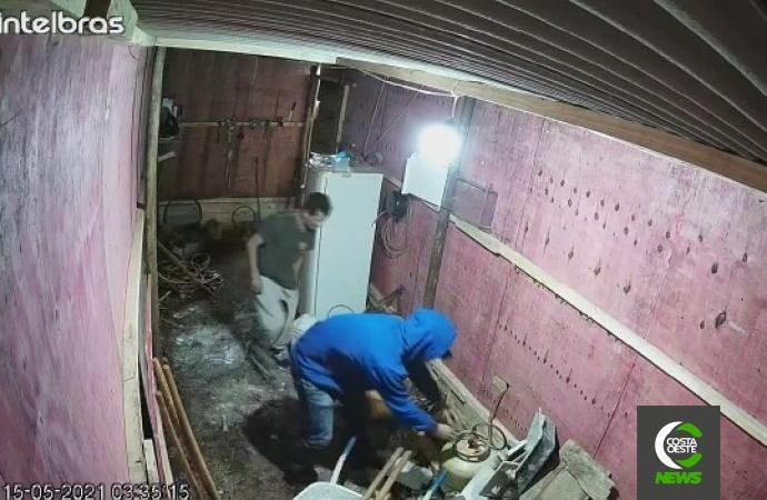 """""""Velhos conhecidos"""": câmeras flagram dupla furtando equipamentos de obra em Santa Helena"""