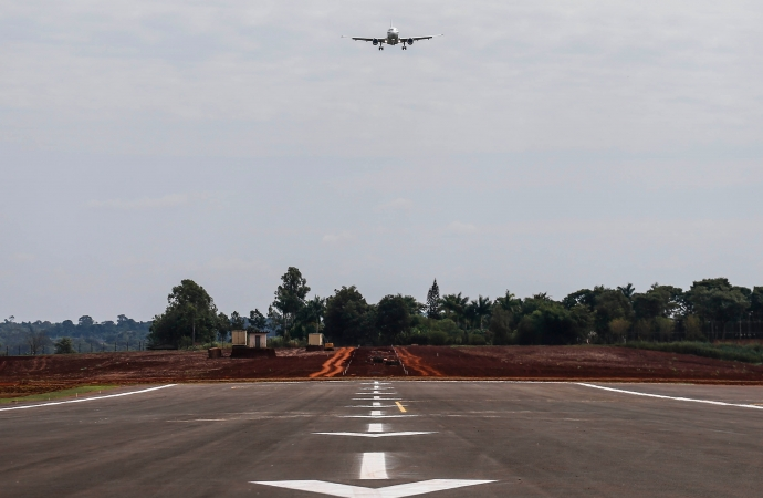 Bolsonaro e Ratinho Junior inauguram a nova pista de pousos e decolagens do Aeroporto de Foz