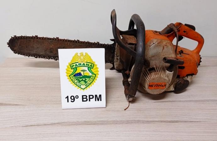 Após denúncia, PM encontra motosserra abandonada em Santa Helena