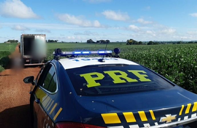 Caminhão roubado carregado com carne é recuperado pela PRF em Guaíra
