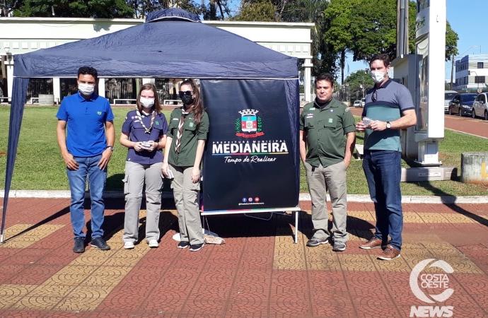 Blitz ecológica distribuiu papel sementes hoje em Medianeira