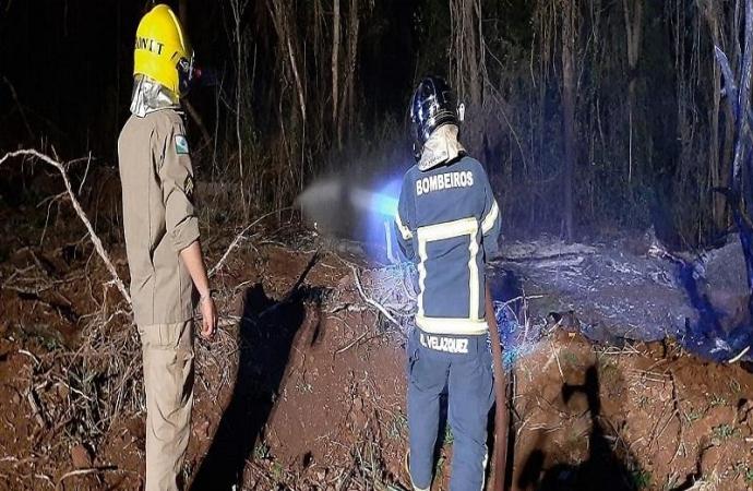 Bombeiros de Santa Helena combatem incêndio em aldeia de Diamante do Oeste