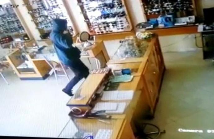 Câmera mostra ação de ladrões em relojoaria de Itaipulândia