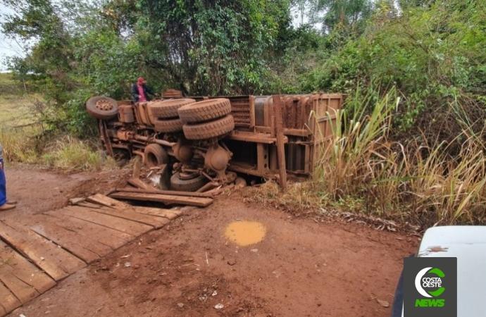 Caminhão cai de ponte no interior de Missal
