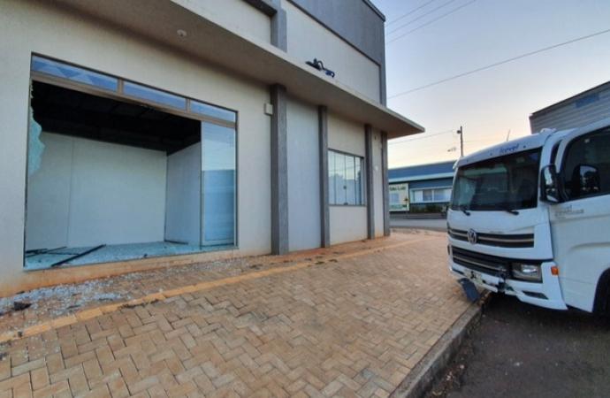 Caminhão desgovernado invade estabelecimento comercial em Santa Helena; vídeo
