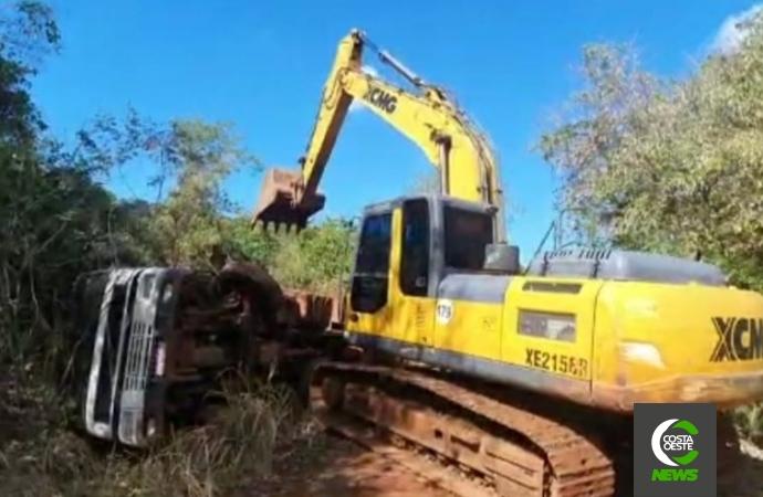 Caminhão que caiu de ponte no interior de Missal é retirado com ajuda de máquina escavadeira