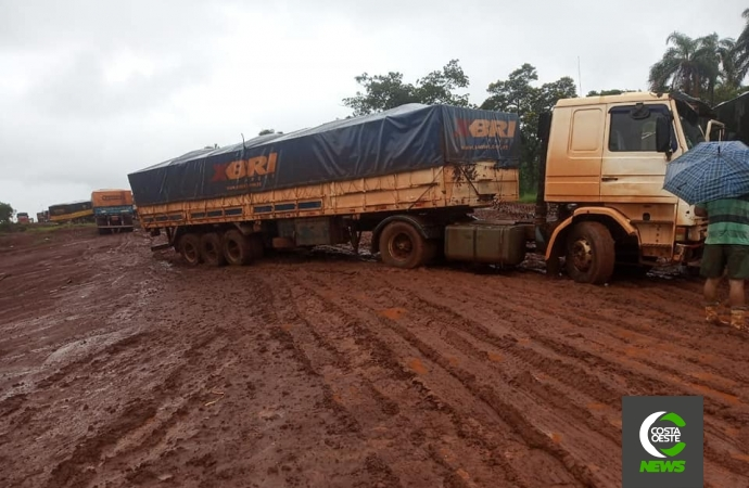 Caminhoneiros paraguaios e brasileiros enfrentam dias difíceis em Puerto Índio em períodos de chuvas