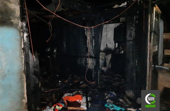 Casa é consumida pelo fogo em Medianeira; ajude a família recomeçar após incêndio