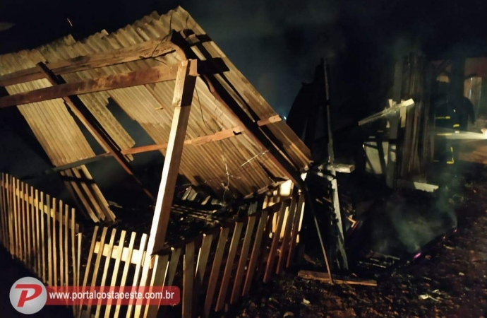 Casa fica totalmente destruída após incêndio em São Miguel do Iguaçu