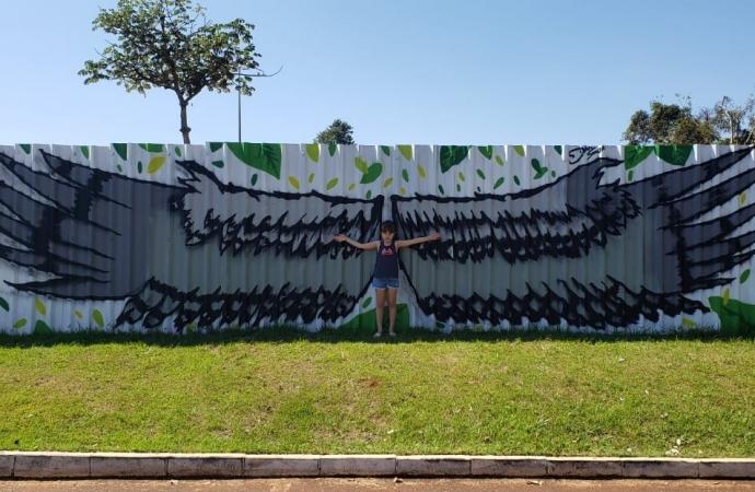 Colorido dos tapumes da obra do Gramadão, iniciativa de Itaipu, atrai registros fotográficos e selfies