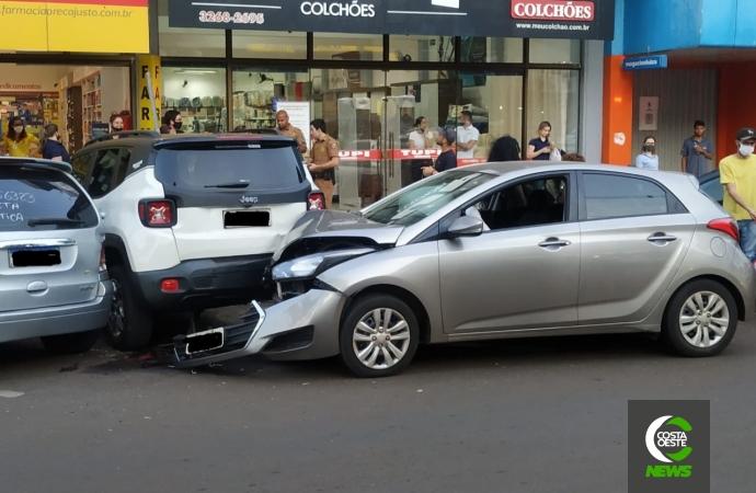 Condutor colide HB 20 violentamente contra Renegade no centro de Santa Helena