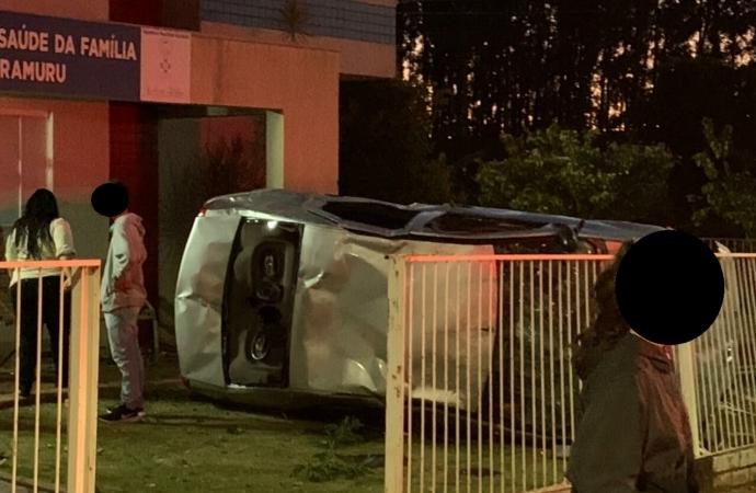 Condutor perde controle da direção,  veículo bate e destrói grade de UBS em Itaipulândia