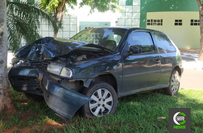 Condutor sai ileso após colidir veículo em árvore no centro de Santa Helena