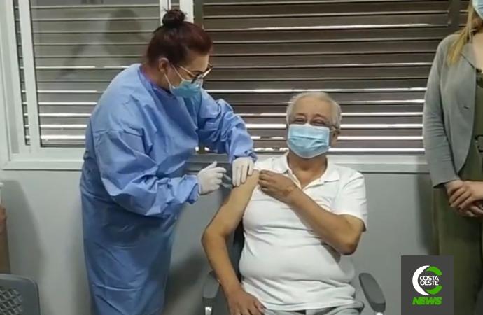 Dr. Luis Valiente é o primeiro a receber a vacina contra a covid-19 em Santa Helena