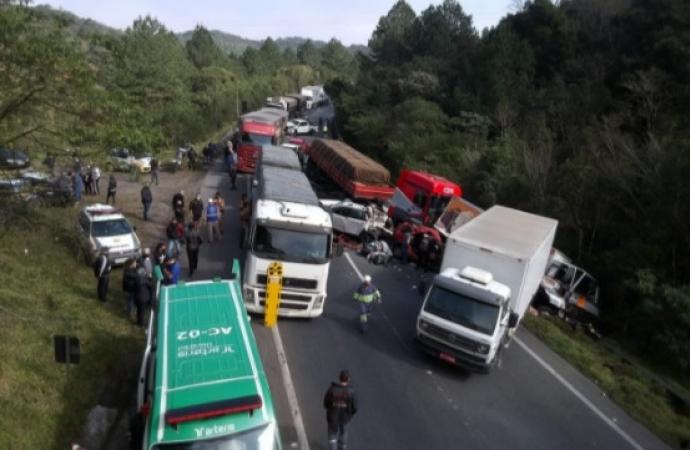 Engavetamento por acidente com ônibus gera nova colisão na BR 376 envolvendo 10 veículos