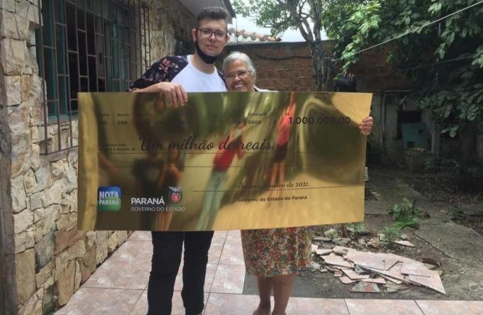 """""""Estou sem acreditar"""", diz jovem de 19 anos que ganhou R$ 1 milhão do Nota Paraná"""