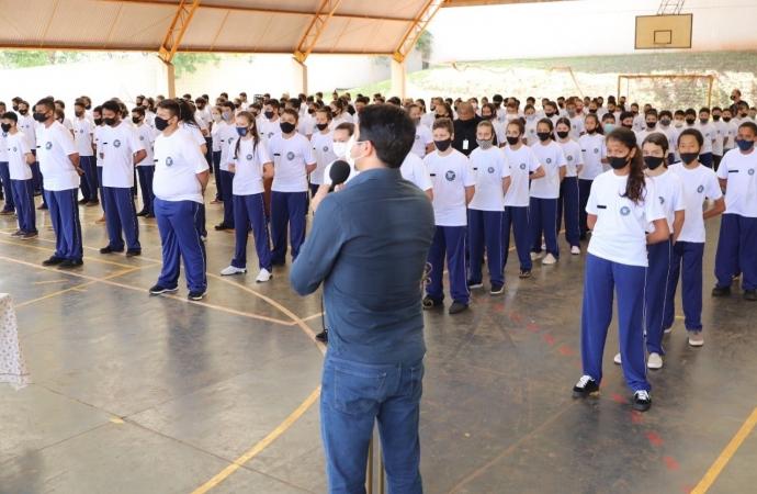 Executivo participa de entrega de uniformes em escolas cívico-militares de Guaíra
