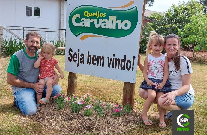 Família encontra forma de agregar produção de leite fabricando queijos