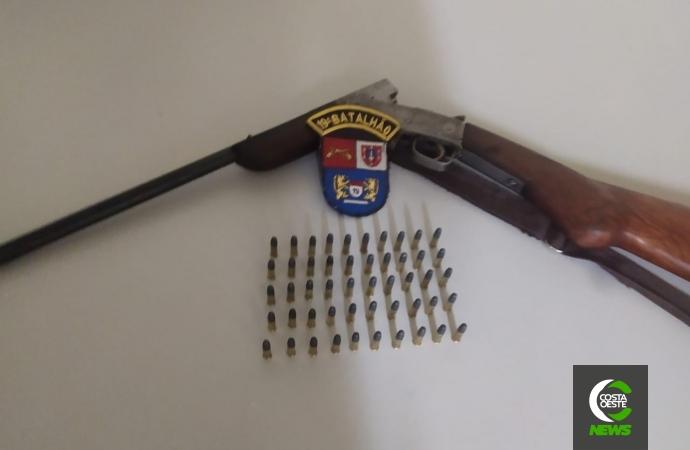 Filha denuncia pai por ameaça em Diamante do Oeste e PM apreende carabina e grande quantidade de munições; homem foi preso