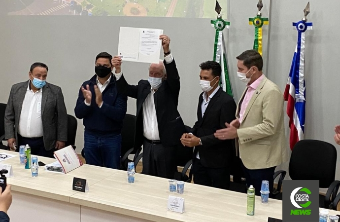 Governador anuncia retomada das obras do CEEP e Líder do Governo na Assembleia entrega projeto de pavimentação de 10 km para Medianeira