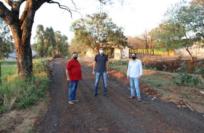 Governo de São Miguel conclui a recuperação de duas estradas rurais com aplicação de fresado de asfalto
