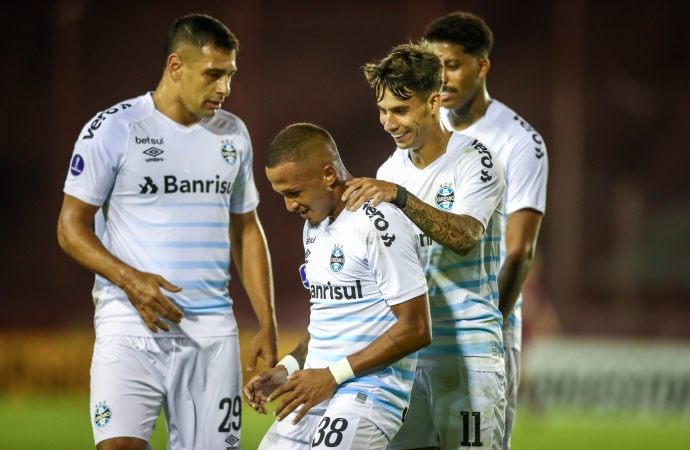 Grêmio marca no fim e vence o Lanús  na Sul-Americana