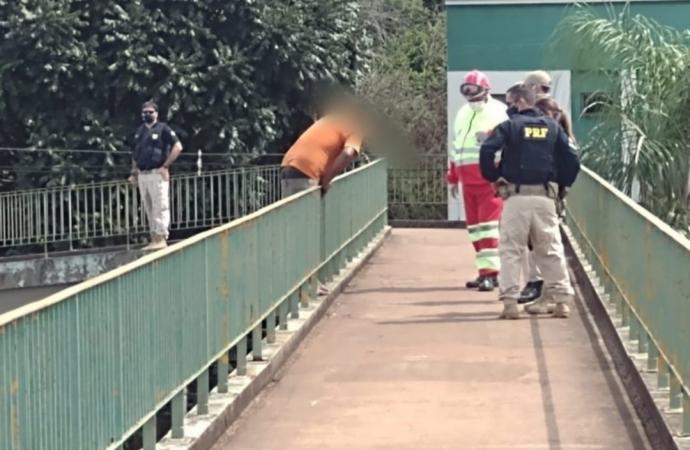 Homem ameaça se jogar de passarela na entrada de Foz do Iguaçu
