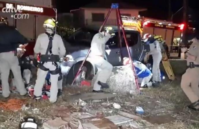 Inusitado: motorista bate carro e cai em poço de 18 metros de profundidade