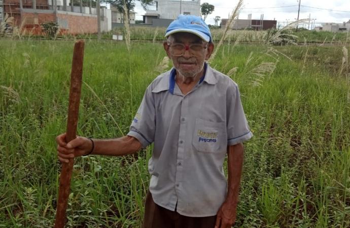 """""""Isso aqui é meu coração"""", diz idoso de 94 anos ao trabalhar carpindo lote; assista"""
