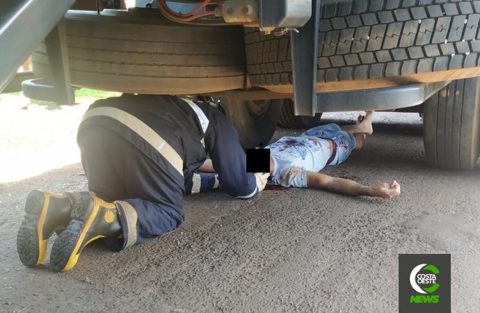 Motociclista para embaixo de carreta após colidir em veículo em Santa Helena