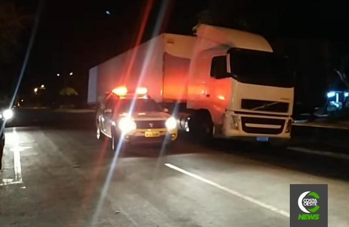 Motorista embriagado colide veículo em carreta ao lado da delegacia e acaba preso em Santa Helena