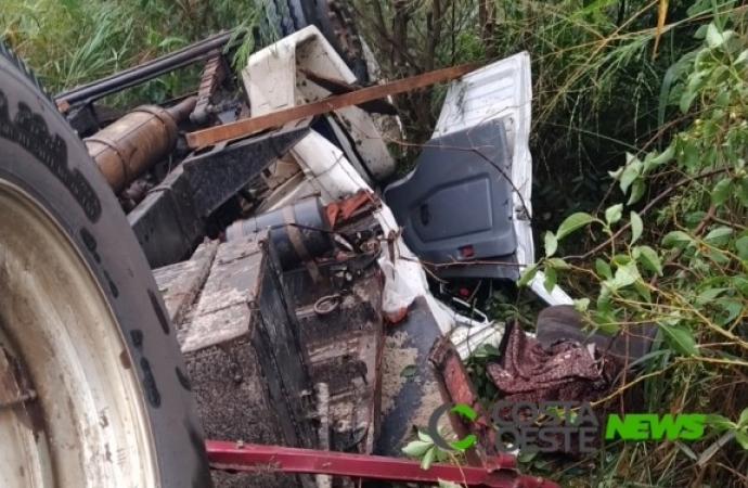 Motorista fica preso às ferragens ao capotar caminhão na região