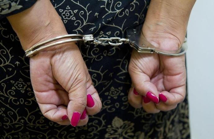 Mulher acaba presa após agredir marido com rodo em Entre Rios do Oeste