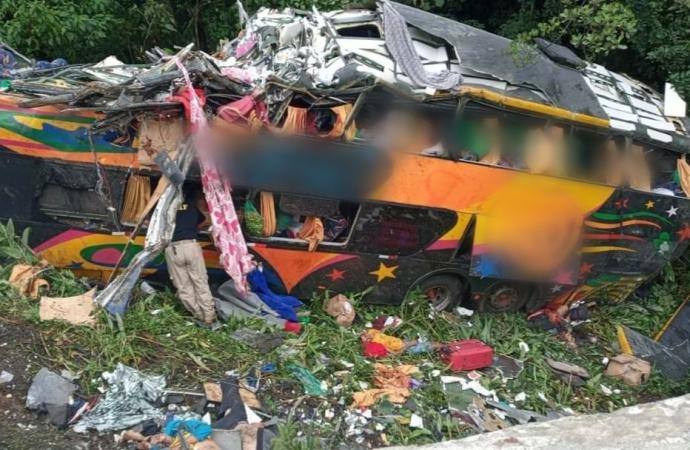 Ônibus com mais de 50 passageiros despenca na BR-376; há mortos e diversos feridos