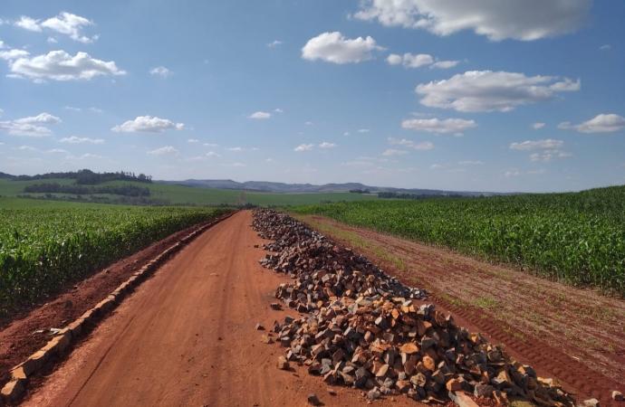 Pavimentação poliédrica continua em larga escala nas estradas do interior de Serranópolis do Iguaçu