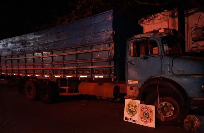 Policiais apreendem caminhão com cigarros contrabandeados em Santa Helena