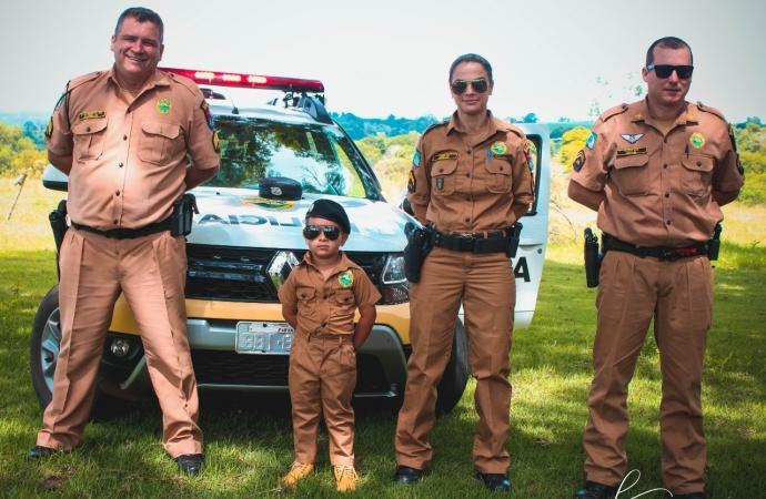Policiais de Diamante do Oeste fazem surpresa para menino que sonha em ser Policial Militar