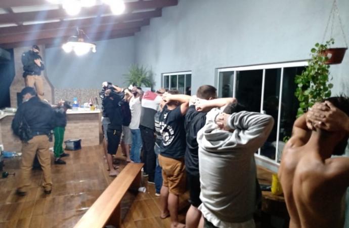 Policiais encerram festa rave clandestina no interior do Paraná